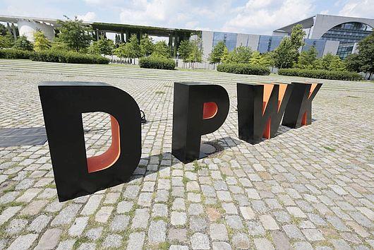 Die Buchstaben DPWK vorm Kanzleramt in Berlin